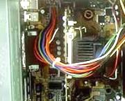 Angeschlossenes Stromversorgungskabel vom Netzteil am Mainboard