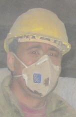 Atemschutzmaske beim Arbeiten mit Staub tragen